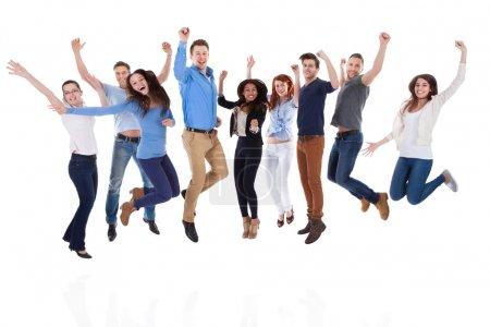 Photo pour Groupe de divers peuples, lever les bras et le saut. isolé sur blanc - image libre de droit