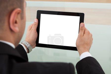 Geschäftsmann nutzt digitales Tablet im Büro
