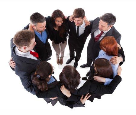 Photo pour Gens d'affaires debout en cercle. isolé sur blanc - image libre de droit
