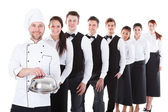 Velká skupina číšníci a servírky v řádku