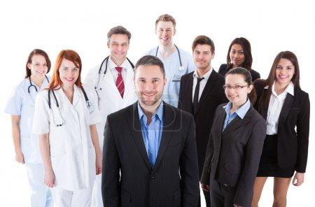 Photo pour Patron debout devant son équipe de médecins et de gestionnaires - image libre de droit