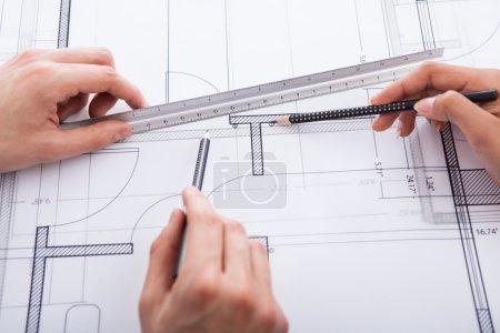 Photo pour Mains d'architectes faisant un plan directeur au bureau - image libre de droit