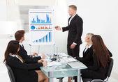 Üzletember ad bemutató kollégák