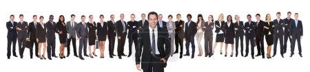 Photo pour Portrait d'un homme d'affaires confiant avec une équipe debout sur fond blanc - image libre de droit