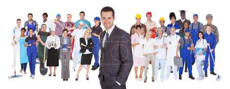 Photo pour Toute la longueur des personnes ayant différentes professions debout sur fond blanc - image libre de droit