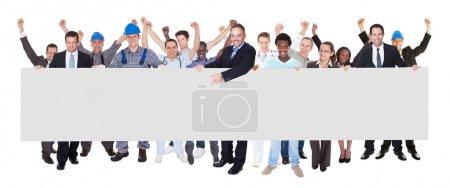 Photo pour Portrait de pleine longueur de sourire de personnes avec divers métiers tenant anglo-saxon blanc sur fond blanc - image libre de droit