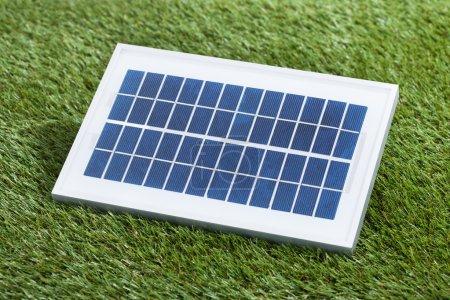 Foto de Primer plano de la foto del panel solar en la hierba - Imagen libre de derechos