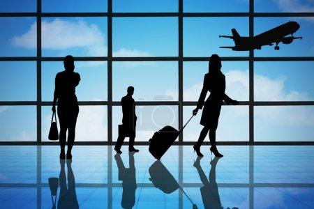 Foto de Empresarios de la silueta en el hall terminal Aeropuerto - Imagen libre de derechos