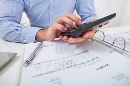 Photo pour Cropped image d'homme d'affaires, calcul de l'impôt au bureau au bureau - image libre de droit