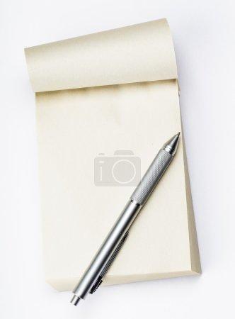 Photo pour Bloc-notes vierge avec stylo - image libre de droit