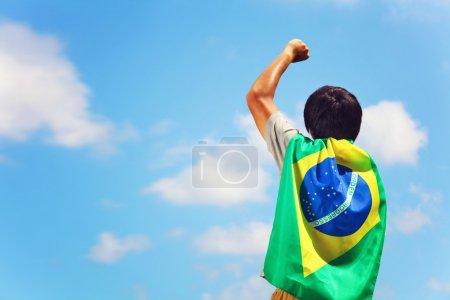 Photo pour Heureux homme tenant le drapeau du Brésil - image libre de droit