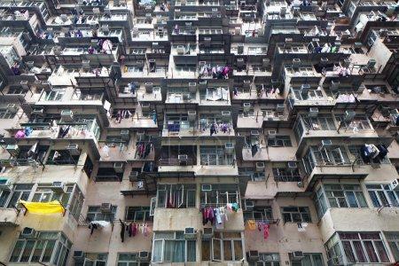 Photo pour Immeuble résidentiel surpeuplé à Hong Kong - image libre de droit