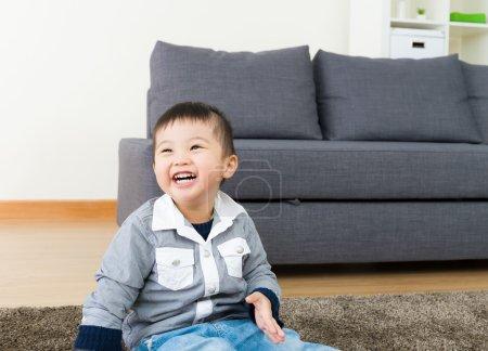 Photo pour Le petit se sent si heureux - image libre de droit