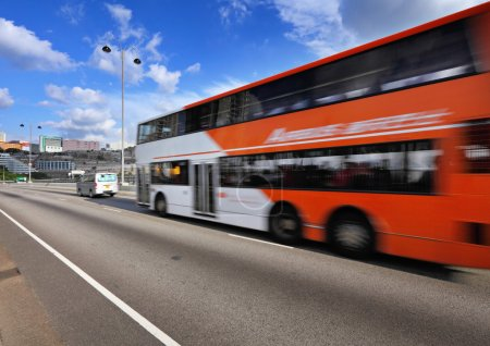 Photo pour Bus de mouvement rapide sur autoroute - image libre de droit
