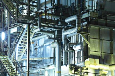 Photo pour Bâtiment industriel la nuit - image libre de droit