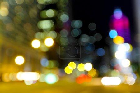 Foto de Vista de la ciudad fuera de foco en la noche borrosa - Imagen libre de derechos