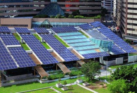Foto de Panel solar en la azotea del edificio - Imagen libre de derechos
