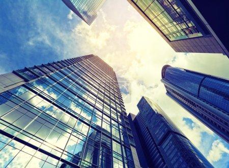 Photo pour Bâtiment moderne à faible angle de vue - image libre de droit