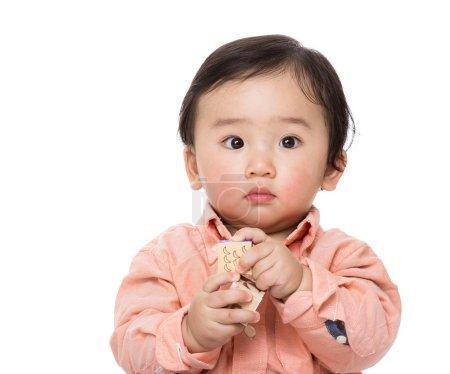 Photo pour Asiatique bébé garçon jouer jouets blocs isolé sur fond blanc - image libre de droit