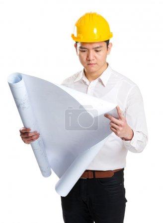 Photo pour Ingénieur en regardant blueprint - image libre de droit