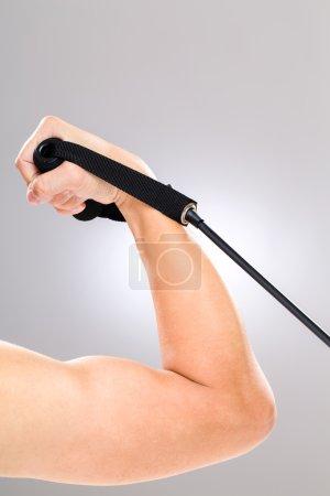 Photo pour Biceps à l'aide de bande de résistance - image libre de droit
