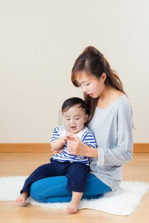 Photo pour Femme asiatique avec son fils à la maison - image libre de droit