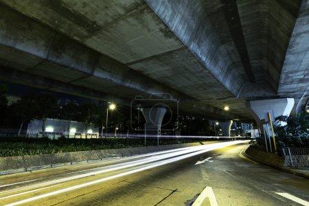 Photo pour Voiture sentier léger sous l'autoroute - image libre de droit