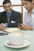 Obchodní muž a žena v kavárně