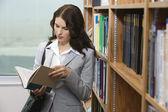 libro de lectura femenina en biblioteca