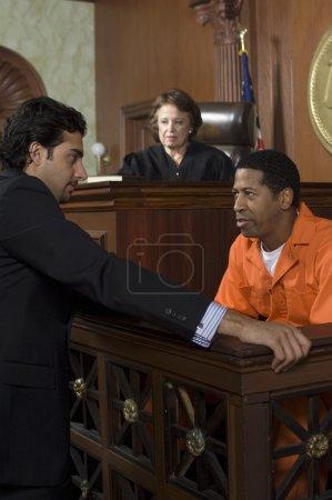 Photo pour Juge féminine regardant les poursuites pénales devant les tribunaux - image libre de droit