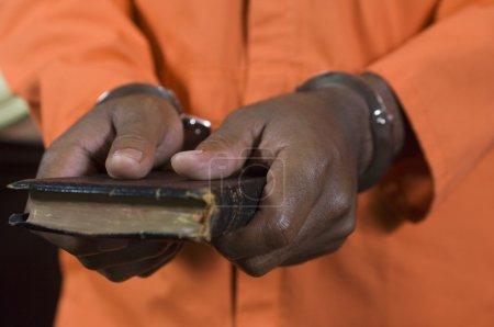 Photo pour Une bible criminelle prête serment dans une salle d'audience - image libre de droit