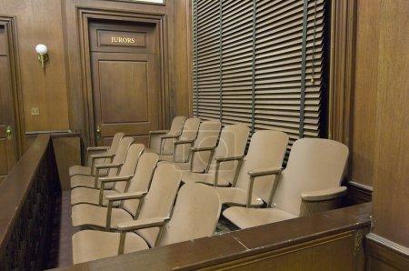 Photo pour Boite vide du jury au palais de justice - image libre de droit