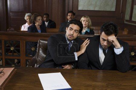 Photo pour Avocat avec client contrarié au tribunal - image libre de droit