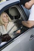 Muž žena útoky s zbraň oknem auta
