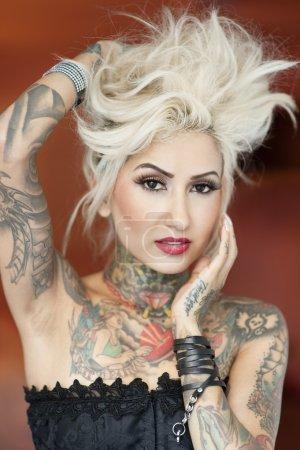 Foto de Retrato de bella mujer tatuada con la mano en el pelo - Imagen libre de derechos