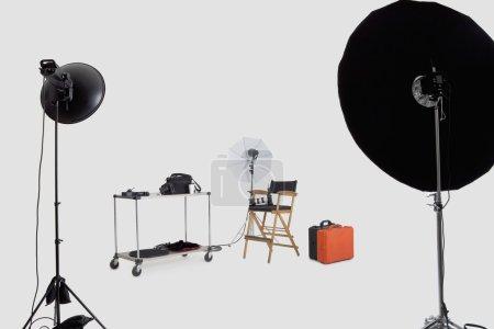 Photo pour Equipements d'éclairage dans le studio du photographe - image libre de droit