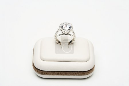 Photo pour Platinum ring with 5 carat centre diamond surrounded by full cut 0.80 carat diamonds over white background - image libre de droit
