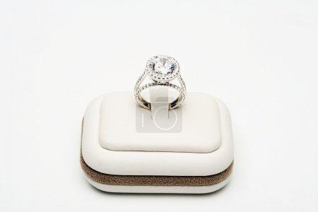 Foto de Anillo de platino con diamante de centro 5 quilates rodeado por completo corte 0,80 quilates de diamantes sobre fondo blanco - Imagen libre de derechos