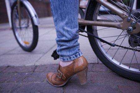 Photo pour Faible section de femme portant marron chaussure talon haut avec vélo - image libre de droit