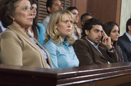 Photo pour Groupe de jurés siégeant en salle d'audience pendant le procès - image libre de droit
