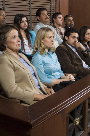 Photo pour Groupe diversifié de jurés assis dans la boîte de jury d'une salle d'audience pendant le procès - image libre de droit