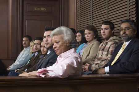Photo pour Groupe diversifié de jurés assis dans une salle d'audience - image libre de droit