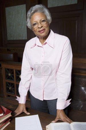 Photo pour Portrait d'une avocate chevronnée debout au palais de justice - image libre de droit
