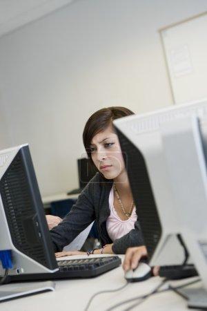 Photo pour Belle jeune lycéenne en laboratoire informatique - image libre de droit