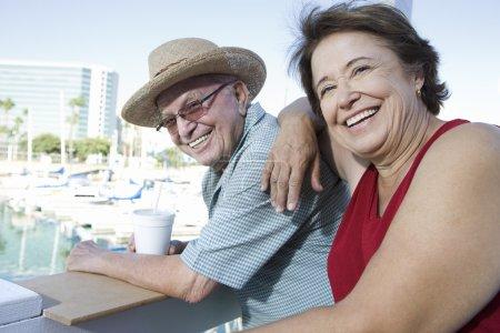 Photo pour Portrait de heureux couple caucasien mature profitant de leurs vacances - image libre de droit