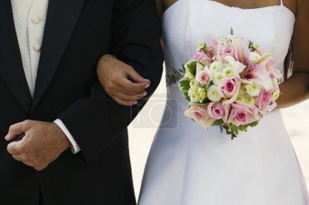 Photo pour Mariée et père bras dans le bras - image libre de droit