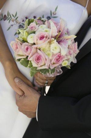 Photo pour Mariée et marié tenant la main et bouquet (gros plan ) - image libre de droit