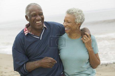 Photo pour Couple de personnes âgées embrassant à la plage - image libre de droit