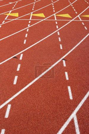 Photo pour Gros plan des marques de voie sur la piste de course - image libre de droit