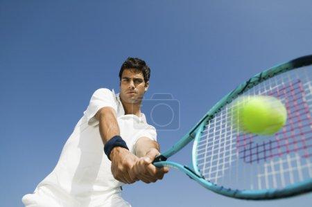 Photo pour Tennis masculin joueur frappe balle faible angle de vue gros plan de raquette - image libre de droit